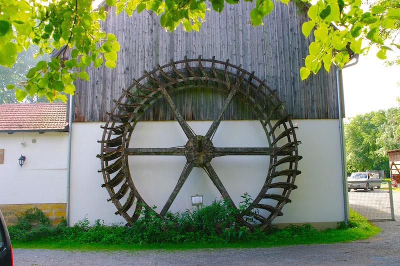 Das alte Wasserrad der Hopfenmühle